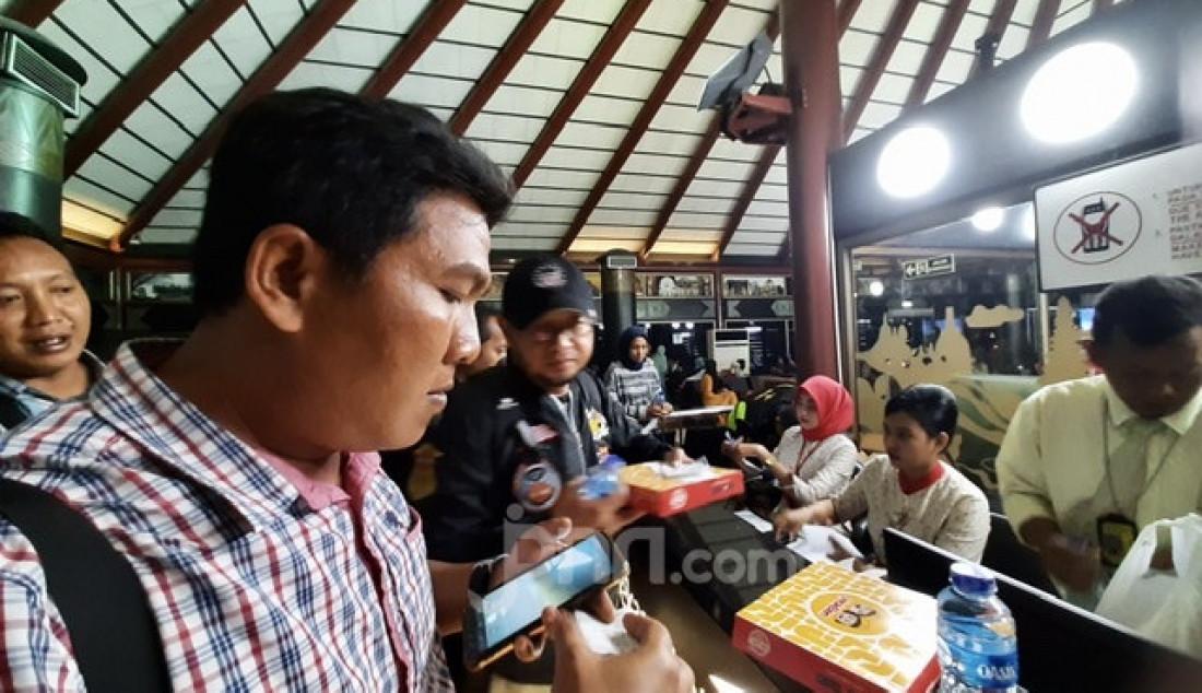 Penumpang Sriwijaya Air malam ini mengantre mendapatkan kompensasi uang dan makanan pukul 20:00 WIB setelah terjadi kekacauan jadwal penerbangan maskapai tersebut sepanjang hari di terminal 2D gate D2 Bandara Soekarno-Hatta. Foto: Natalia - JPNN.com