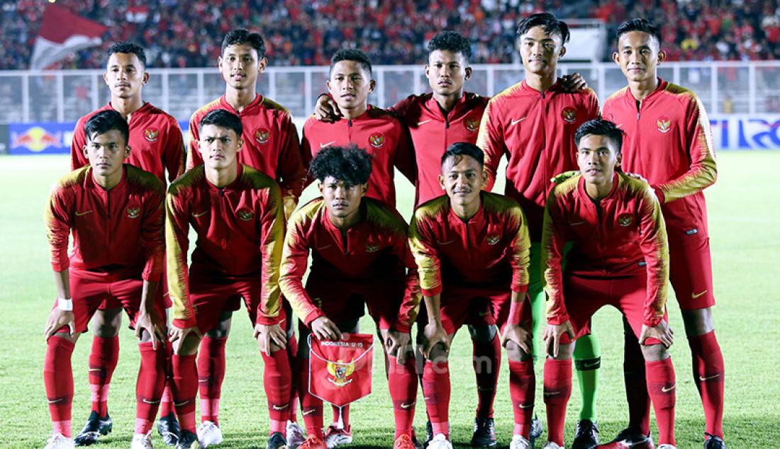 Timnas U-19 Indonesia berfoto bersama jelang pertandingan melawan Timor Leste pada Kualifikasi AFC U-19 Championship 2020 di Stadion Madya, Jakarta, Rabu (6/11). U-19 Indonesia menang atas lawannya dengan skor 3-1. Foto: Ricardo - JPNN.com