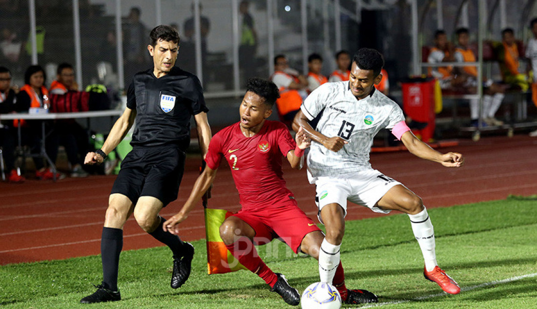 Pemain U-19 Indonesia Amiruddin Bagas Arrizqi berduel dengan pemai U-19 Timor Leste Gumario Da Silva Moreira pada Kualifikasi AFC U-19 Championship 2020 di Stadion Madya, Jakarta, Rabu (6/11). U-19 Indonesia menang atas lawannya dengan skor 3-1. Foto: Ricardo - JPNN.com