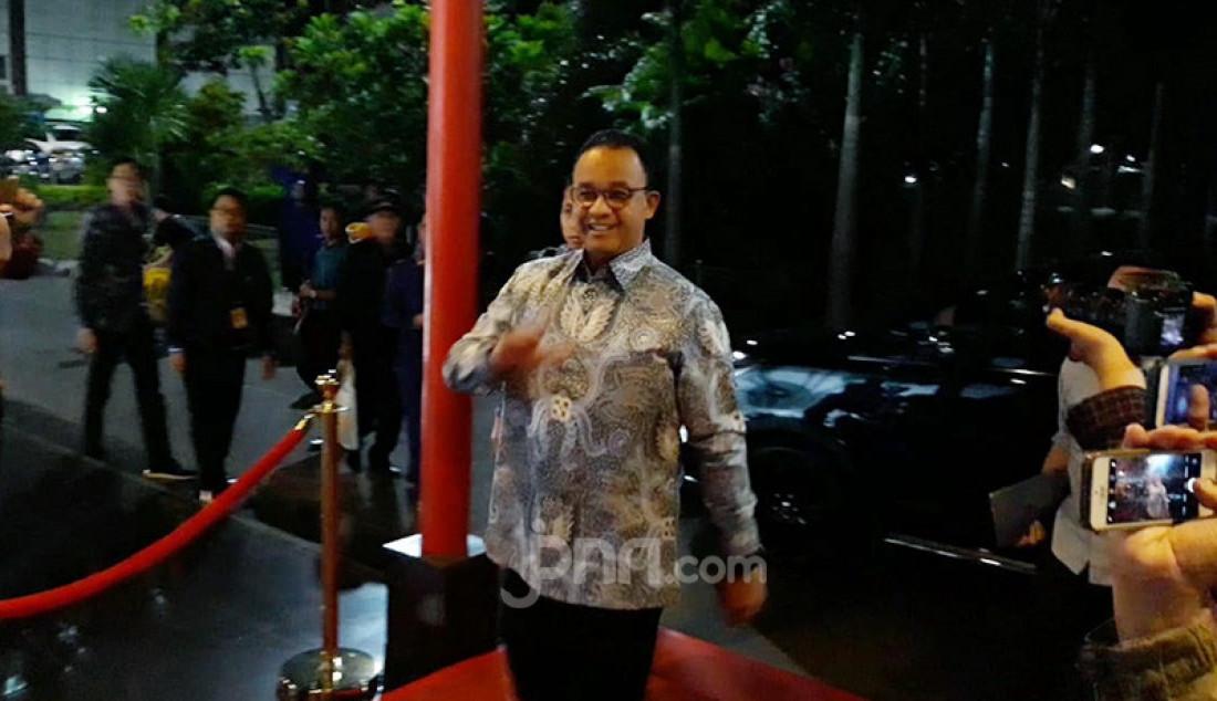 Gubernur DKI Jakarta Anies Baswedan menghadiri Kongres Kedua NasDem di Gedung JIExpo Kemayoran, Jakarta, Jumat (8/11). Hadir mengenakan batik biru, Anies tiba dengan wajah yang sumringah. Foto: Fathan - JPNN.com