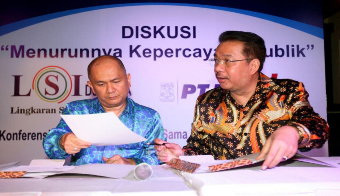Pendiri LSI Denny JA (kanan) dan Pimpinan Proyek PT LAPI ITB Donald C Lantu melakukan kerjasama disela acara diskusi bertema