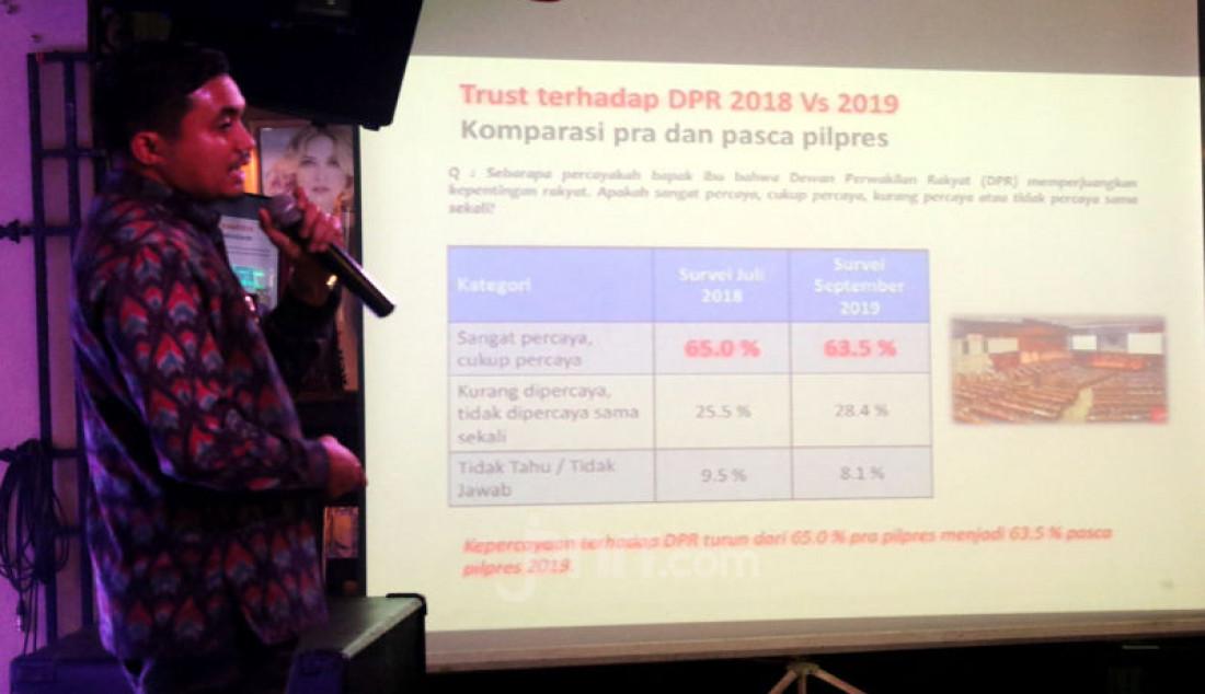 Peneliti LSI Denny JA, Adjie Alfaraby memberikan paparan pada diskusi bertema