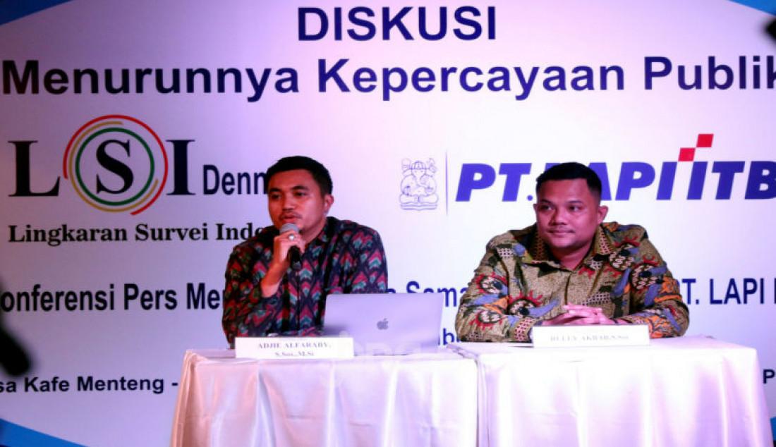 Peneliti LSI Denny JA, Adjie Alfaraby (kiri) dan Rully Akbar memberikan paparan pada diskusi bertema
