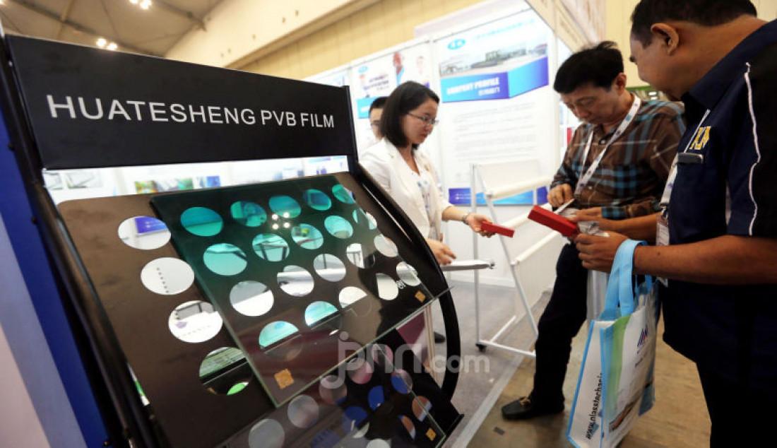 Sejumlah pengunjung saat melihat koleksi kaca pada Pameran Glasstech Asia dan Fenestration Asia 2019, di ICE BSD City, Tangerang, Kamis (14/11). Ajang yang memamerkan produk dan teknologi terkini industri kaca yang menjadi pusat pameran kaca se-Asia Tenggara ini diikuti 124 pelaku usaha dari 14 negara. Foto: Ricardo - JPNN.com
