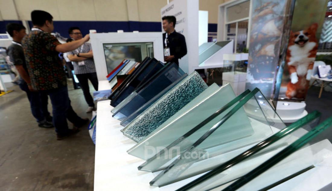 Sejumlah pengunjung saat melihat koleksi kaca pada Pameran Glasstech Asia dan Fenestration Asia 2019, di ICE BSD City, Tangerang, Kamis (14/11). Foto: Ricardo - JPNN.com