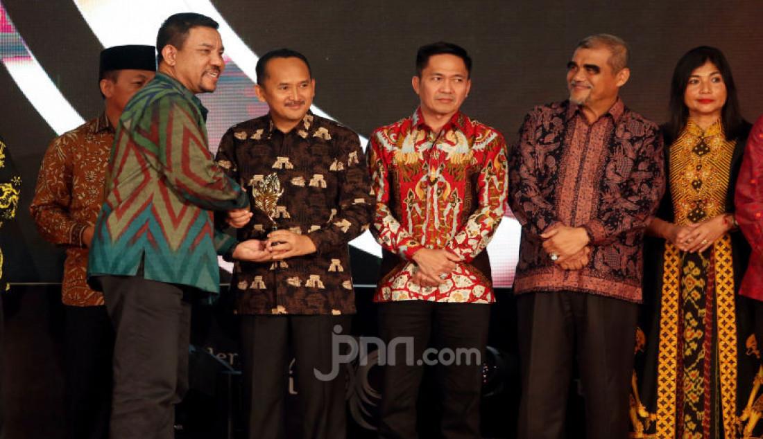 Staf Ahli Menparekraf Bidang Multikultural Guntur Sakti memberikan penghargaan kepada para pemenang pada acara Anugerah Pesona Indonesia 2019, Jakarta, Jumat (22/11). Foto: Ricardo - JPNN.com