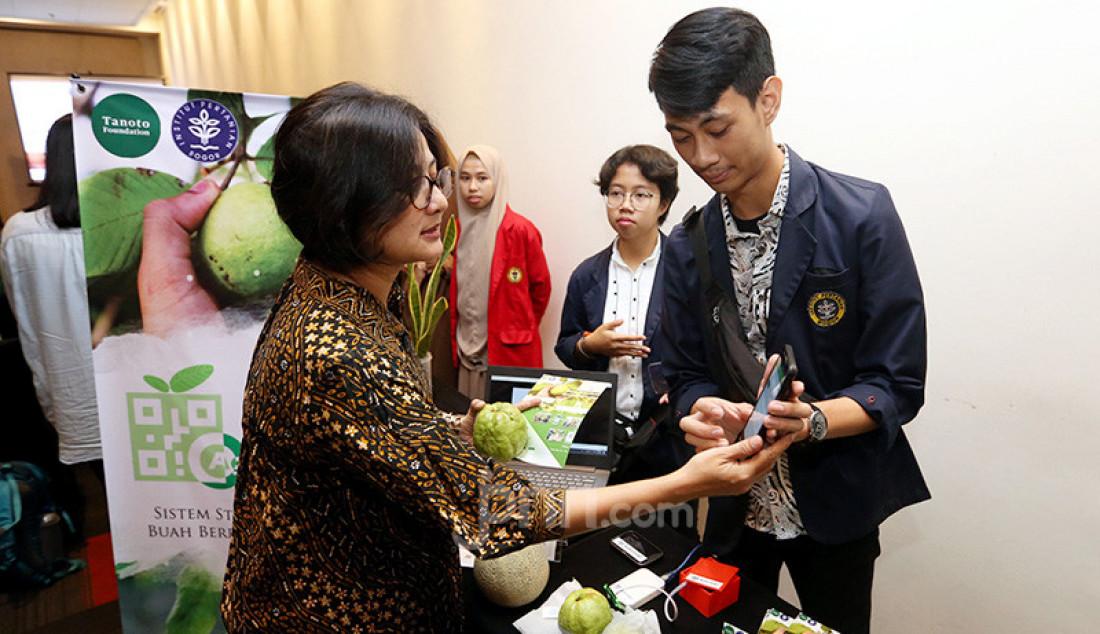 Head of Scholarship Tanoto Foundation Aryanti Savitri saat mengunjungi stan IPB saat acara Tanoto Student Research Awards, Jakarta, Rabu (27/11). Tanoto Foundation mendukung generasi muda untuk berinovasi melalui penelitian terapan di kampus nya masing-masing. Foto: Tika Puspitasari - JPNN.com