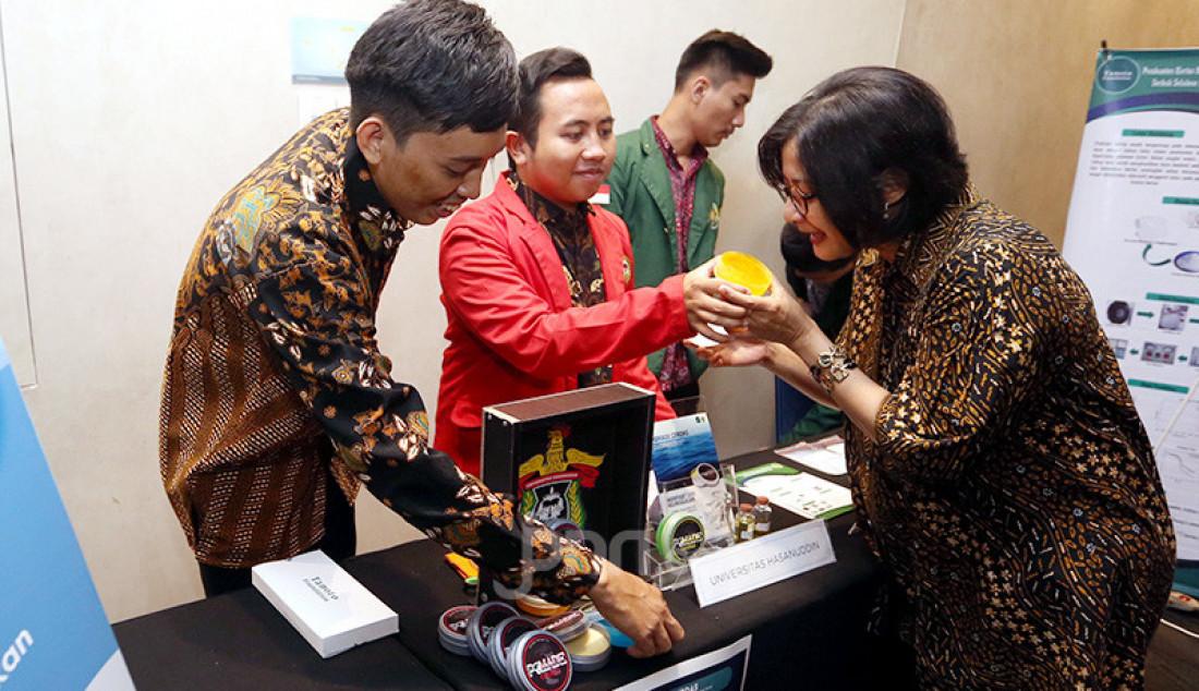 Head of Scholarship Tanoto Foundation Aryanti Savitri saat mengunjungi stan Universitas Hassanudin saat acara Tanoto Student Research Awards, Jakarta, Rabu (27/11). Tanoto Foundation mendukung generasi muda untuk berinovasi melalui penelitian terapan di kampus nya masing-masing. Foto: Ricardo - JPNN.com