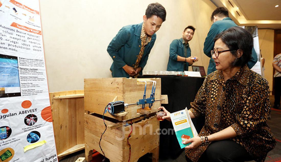 Head of Scholarship Tanoto Foundation Aryanti Savitri saat mengunjungi stan ITB saat acara Tanoto Student Research Awards, Jakarta, Rabu (27/11). Tanoto Foundation mendukung generasi muda untuk berinovasi melalui penelitian terapan di kampus nya masing-masing. Foto: Ricardo - JPNN.com