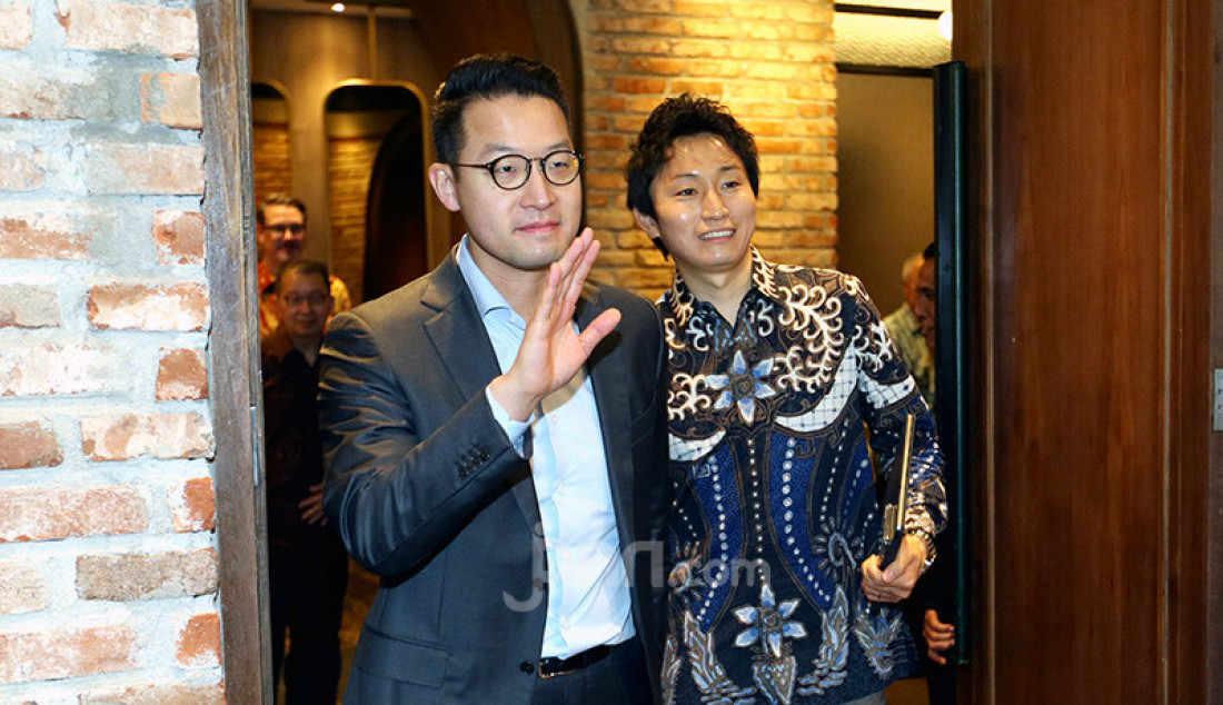 CEO Lippo Karawaci Jhon Riady (kiri) dan Vice President and Head of Global Business Strategy, SoftBank Corp Hidebumi Kitahara saat penandatanganan perjanjian kerjasama, Jakarta, Kamis (28/11). PT Lippo Karawaci Tbk dan SoftBank Corp bekerja sama dalam pengembangan dan penyebaran solusi ekosistem berbasis