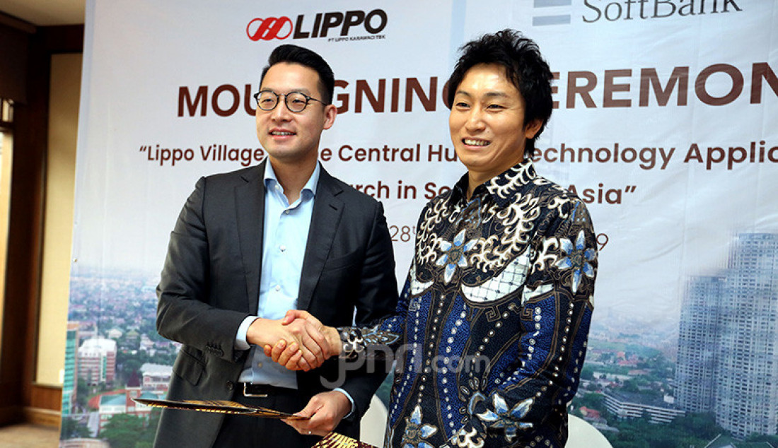 CEO Lippo Karawaci Jhon Riady (kiri) dan Vice President and Head of Global Business Strategy, SoftBank Corp Hidebumi Kitahara saat penandatanganan perjanjian kerjasama, Jakarta, Kamis (28/11). Foto: Ricardo - JPNN.com