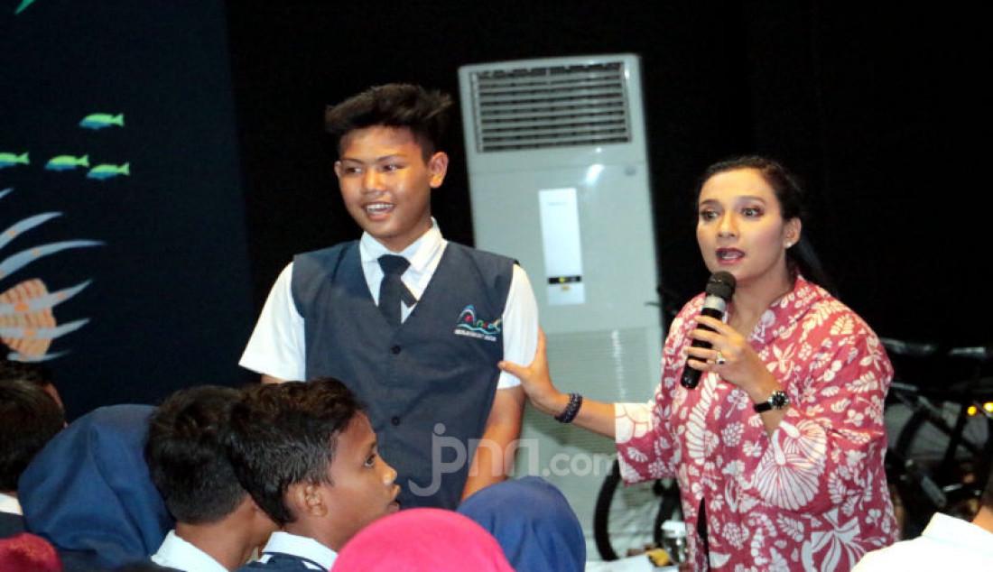 Shahnaz Haque, memberikan cerita Inspiratif dalam talk show kepada anak-anak Sekolah Rakyat Ancol dan para guru undangan. Foto: Ricardo - JPNN.com