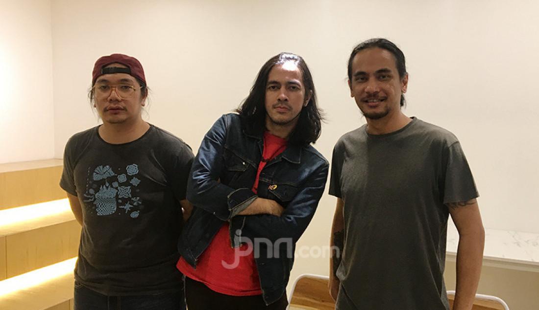Kelompok Penerbang Roket berhasil merebut penghargaan Anugerah Musik Indonesia (AMI) Awards 2019. Album mereka berjudul 'Galaksi Palapa' dinobatkan sebagai pemenang untuk kategori Album Rock Terbaik. Foto: Dedi Yondra - JPNN.com