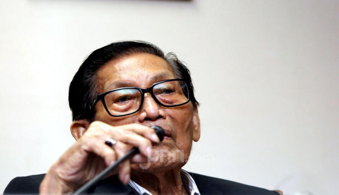 Ketua Umum BANI Husseyn Umar mengklarifikasi terkait keluarnya website resmi MA yang menyatakan menolak kasasi atas perkara perdata Nomor 674/Pdt.G/2016/PN Jaksel di kantor BANI, Jakarta, Senin (2/12). Foto: Ricardo - JPNN.com