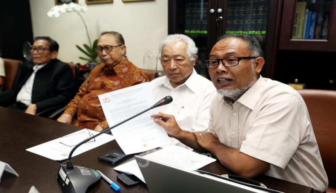 Tim Ahli BANI Bambang Widjojanto mengklarifikasi terkait keluarnya website resmi MA yang menyatakan menolak kasasi atas perkara perdata Nomor 674/Pdt.G/2016/PN Jaksel di kantor BANI, Jakarta, Senin (2/12). Dalam keterangannya, bahwa BANI Mampang yang didirikan oleh Kamar Dagang dan Industri (KADIN) bukan perseorangan, maka BANI tidak bisa di wariskan. Foto: Ricardo - JPNN.com