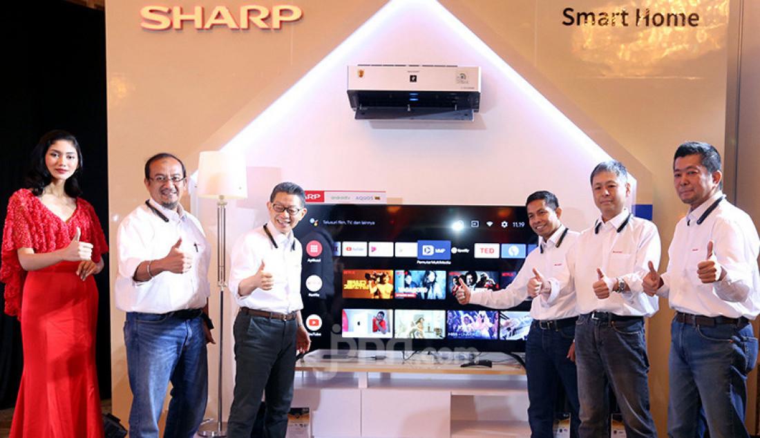 President Director SEID Shinji Teraoka bersama jajaran SEID meluncurkan SHARP Android TV dengan Google Assistant, Jakarta, Rabu (11/12). Foto: Ricardo - JPNN.com