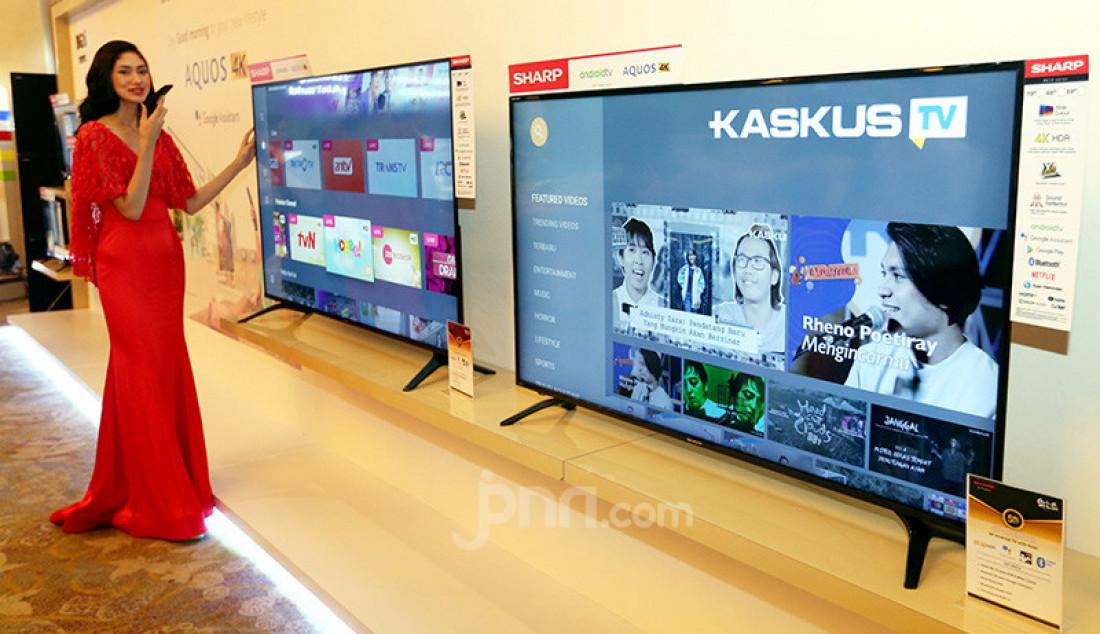 Model memperkenalkan SHARP Android TV dengan Google Assistant, Jakarta, Rabu (11/12). Dengan perintah suara, SHARP Android TV dengan Google Assistant akan menyapa konsumen dan menginformasikan berbagai hal. Foto: Ricardo - JPNN.com