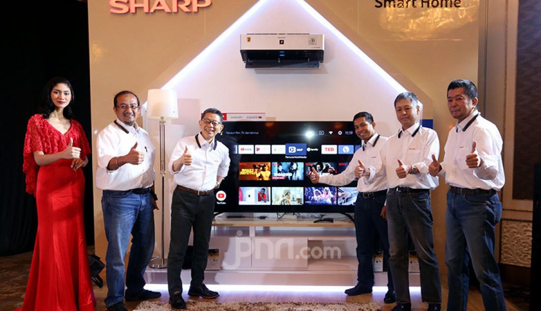 President Director SEID Shinji Teraoka bersama jajaran SEID meluncurkan SHARP Android TV dengan Google Assistant, Jakarta, Rabu (11/12). Dengan perintah suara, SHARP Android TV dengan Google Assistant akan menyapa konsumen dan menginformasikan berbagai hal. Foto: Ricardo - JPNN.com