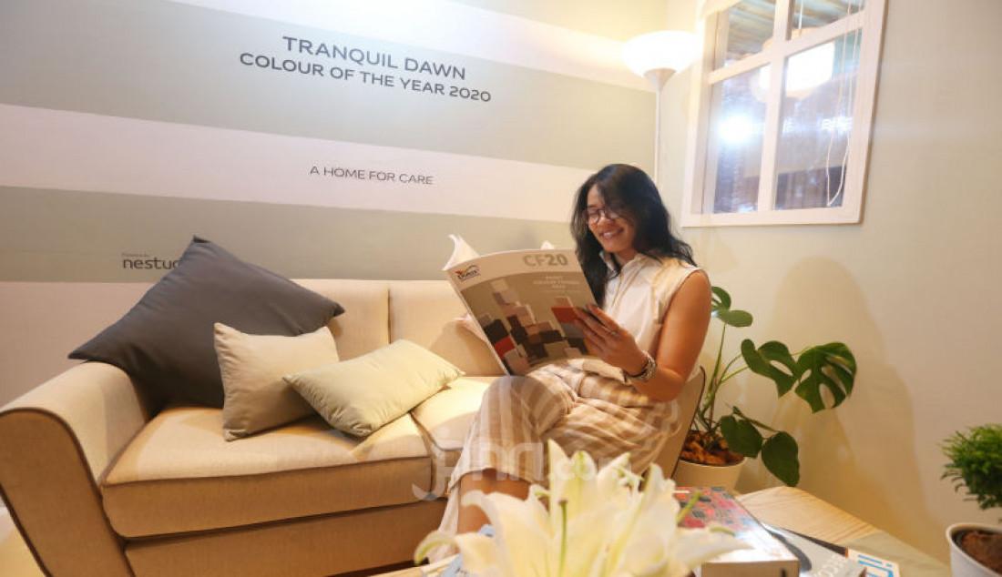 "Seorang model fose di booth Dulux pada peluncuran Colour of the Year 2020, Jakarta, Kamis (12/12). Warna ""Tranquil Dawn"" diperkenalkan sebagai awal dekade baru yang dipersepsikan sebagai permulaan baru di 2020. Foto: Ricardo - JPNN.com"