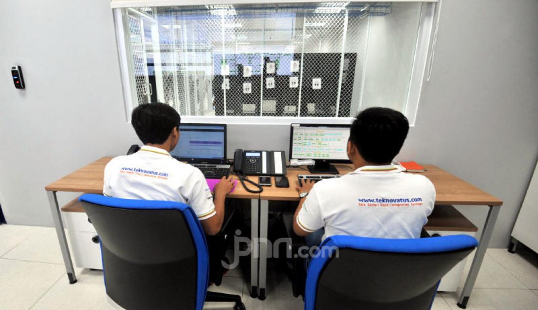 Sejumlah pekerja melakukan pendataan di area Teknovatus data center, di BSD, Serpong, Kamis (12/12). PT Teknovatus Solusi Sejahtera, penyedia jasa brangkas pribadi (HiveCloud) yang bersertifikasi internasional. Foto: Ricardo - JPNN.com