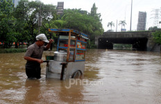 Dinding Saluran Jebol Tutup Lobang Pompa Cawang - JPNN.com
