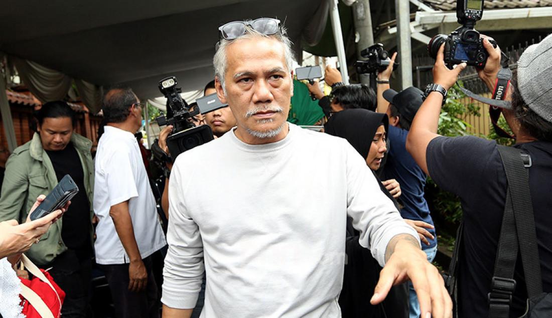 Aktor Tio Pakusadewo melayat Almarhumah Ria Irawan, Jakarta, Senin (6/1). Foto: Ricardo - JPNN.com