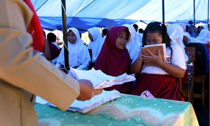 Atap Roboh, Siswa SDN Cirimekar 2 Belajar di Tenda
