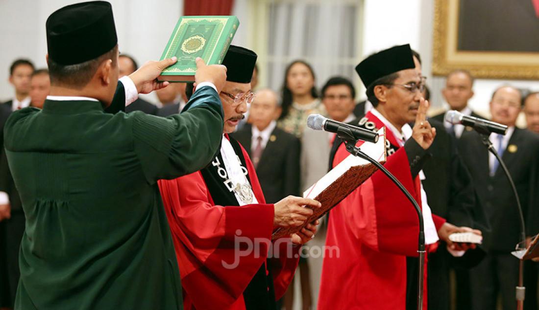 Hakim MK Suhartoyo dan Daniel Yusmic Pancastaki Foekh mengucapkan sumpah saat dilantik Presiden Joko Widodo di Istana Negara, Jakarta, Selasa (7/1). Foto: Ricardo - JPNN.com