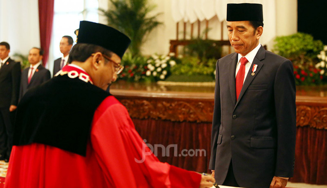 Presiden Joko Widodo melantik Hakim MK Suhartoyo dan Daniel Yusmic Pancastaki Foekh di Istana Negara, Jakarta, Selasa (7/1). Foto: Ricardo - JPNN.com