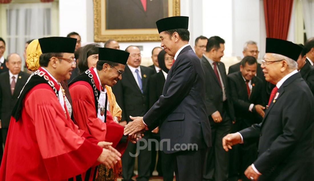 Presiden Joko Widodo dan Wapres Ma'ruf Amin memberikan ucapan selamat kepada Hakim MK Suhartoyo dan Daniel Yusmic Pancastaki Foekh di Istana Negara, Jakarta, Selasa (7/1). Foto: Ricardo - JPNN.com