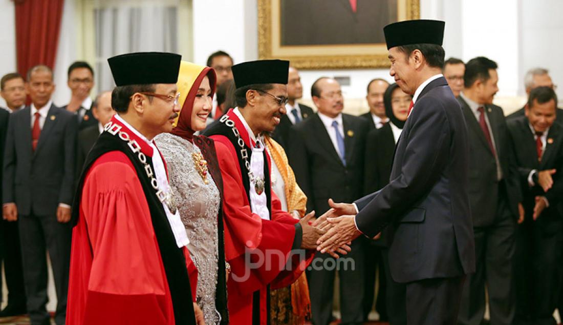 Presiden Joko Widodo memberikan ucapan selamat kepada Hakim MK Suhartoyo dan Daniel Yusmic Pancastaki Foekh di Istana Negara, Jakarta, Selasa (7/1). Foto: Ricardo - JPNN.com