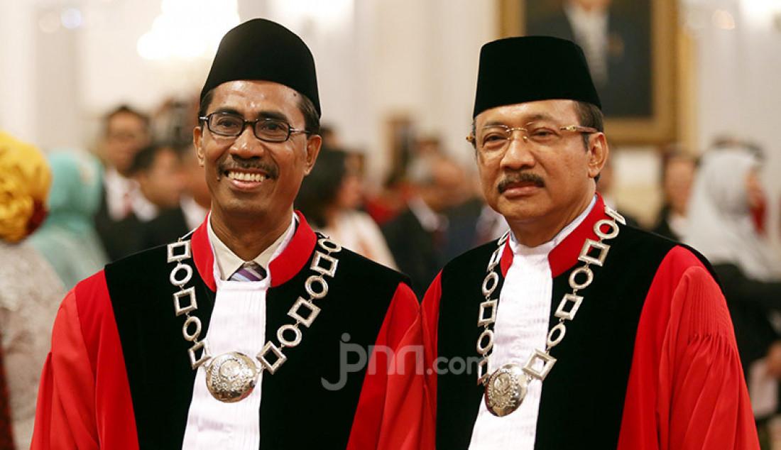 Hakim MK Daniel Yusmic Pancastaki Foekh dan Suhartoyo usai dilantik di Istana Negara, Jakarta, Selasa (7/1). Foto: Ricardo - JPNN.com