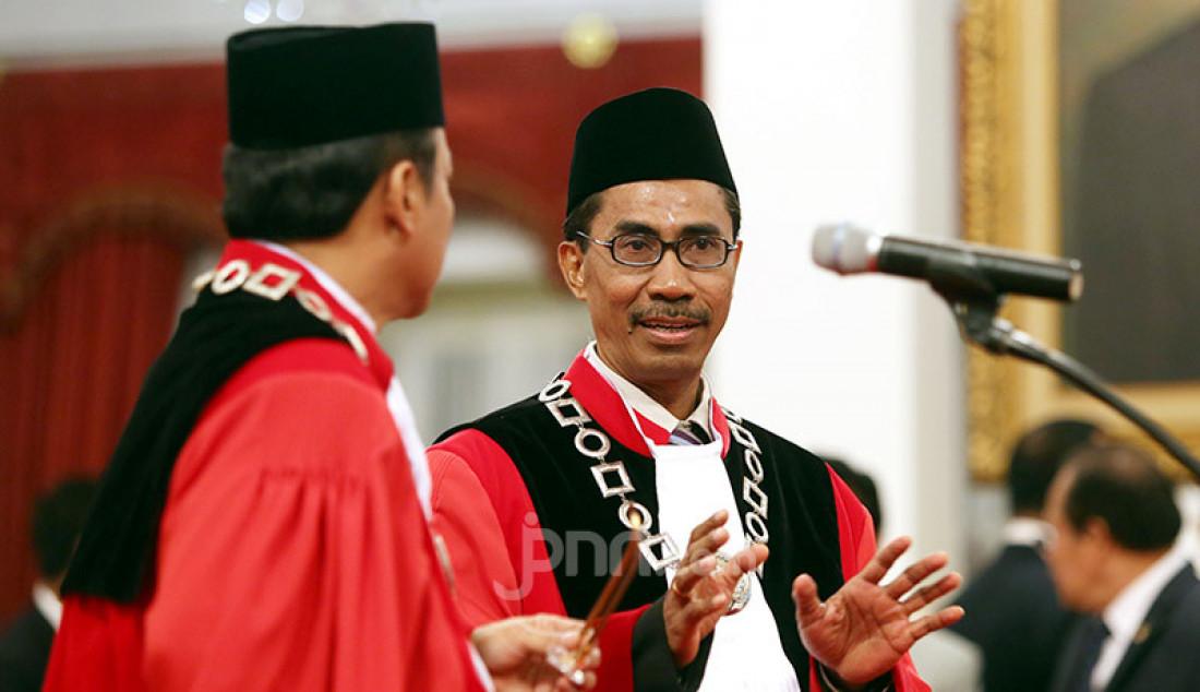 Hakim MK Suhartoyo dan Daniel Yusmic Pancastaki Foekh usai dilantik Presiden Joko Widodo di Istana Negara, Jakarta, Selasa (7/1). Foto: Ricardo - JPNN.com