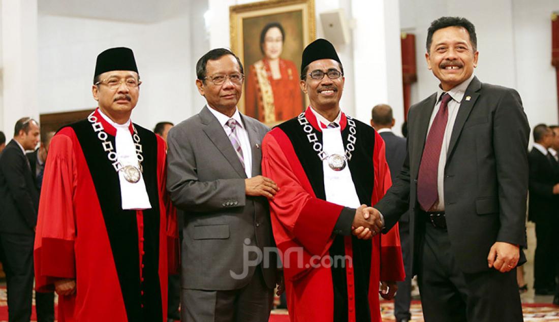 Hakim MK Suhartoyo, Menkopolhukam Mahfud MD, Hakim MK Daniel Yusmic Pancastaki Foekh dan Hakim MK I Dewa Gede Palguna berfoto bersama sebelum pelantikan Hakim MK di Istana Negara, Jakarta, Selasa (7/1). Foto: Ricardo - JPNN.com