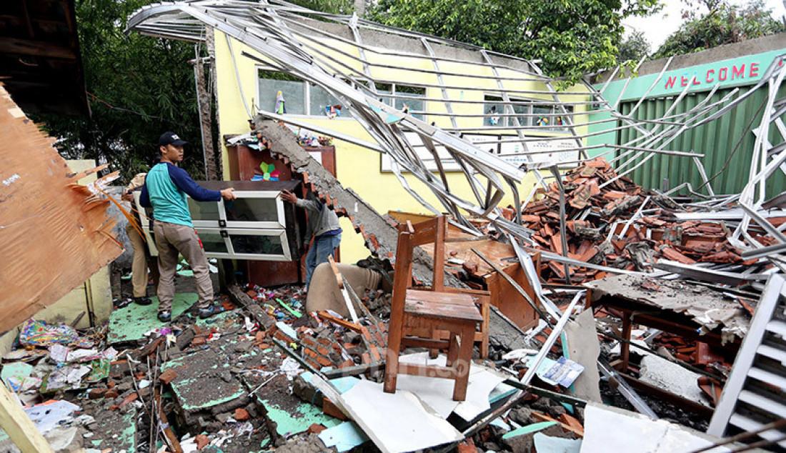 Diterpa Hujan Deras, Atap SDN Cirimekar 2 Roboh - JPNN.com