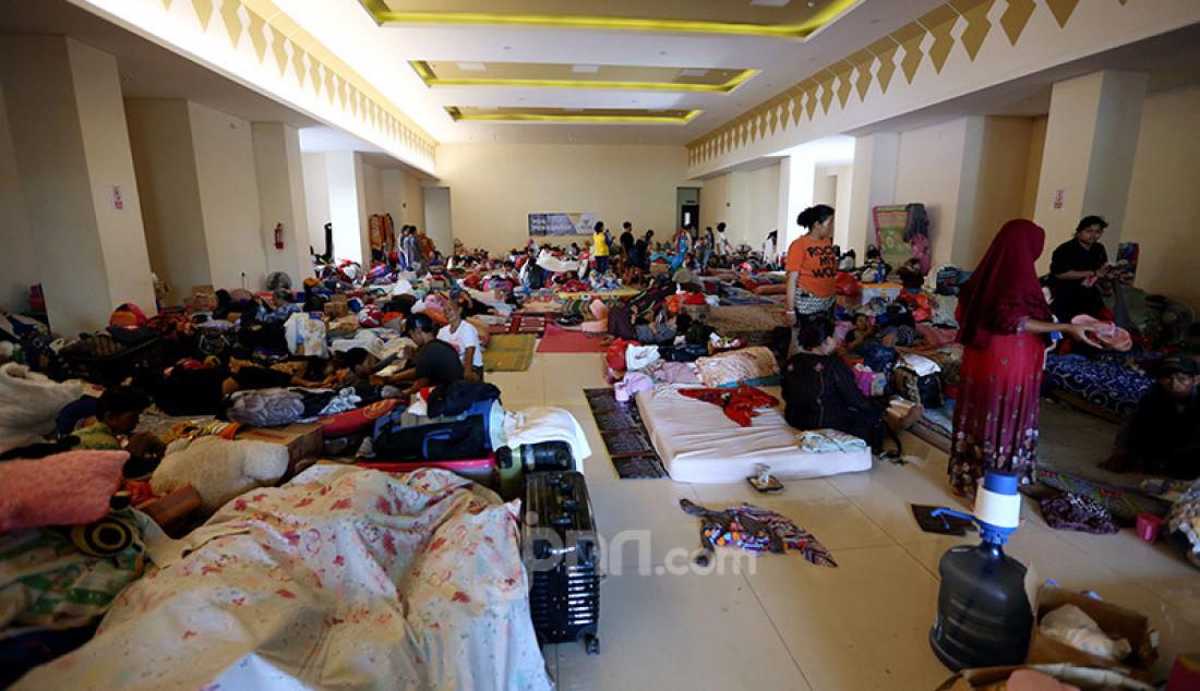 Warga korban banjir masih bertahan mengungsi di GOR Pengadegan, Jakarta, Selasa (7/1). Warga memilih bertahan di pengungsian lantaran kondisi rumah mereka belum memungkinkan untuk ditinggali. Foto: Ricardo - JPNN.com