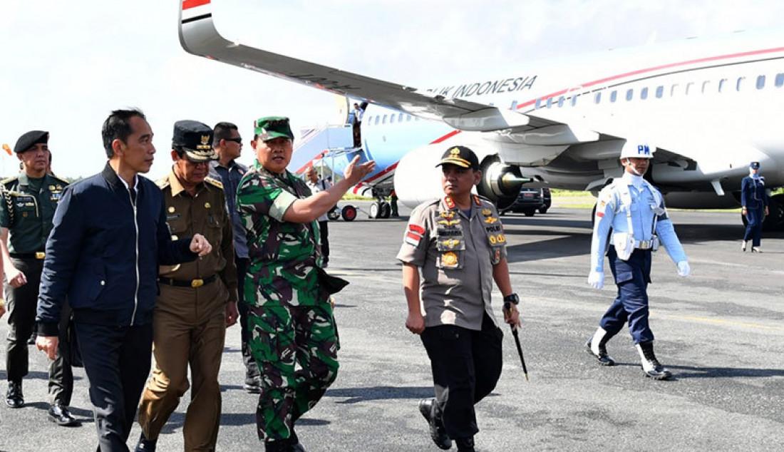 Presiden Joko Widodo saat mendarat di Pangkalan TNI AU Raden Sadjad, Natuna, Rabu (8/1). Tiba di Natuna, Jokowi langsung menuju Sentra Kelautan dan Perikanan Terpadu (SKPT) Selat Lampa, lalu bertemu dengan para nelayan. Foto: BPMI Setpres - JPNN.com