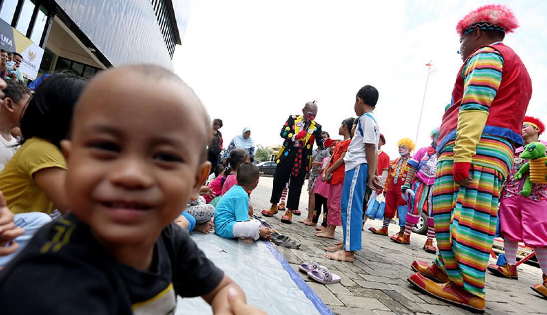 Komunitas Aku Badut Indonesia (ABI) menghibur anak-anak di pengungsian korban banjir di Gor Pangadegan, Jakarta, Selasa (7/1). Trauma healing diberikan para badut sebagai bentuk kepedulian terhadap anak-anak korban banjir. Foto: Ricardo - JPNN.com
