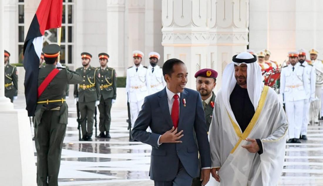 Putra Mahkota Abu Dhabi Mohamed bin Zayed (MBZ) saat menyambut kunjungan kenegaraan Presiden Jokowi, Minggu (12/1). Putra Mahkota Mohamed bin Zayed menyatakan keinginannya agar dicarikan pulau di Indonesia untuk berinvestasi. Foto: BPMI Setpres - JPNN.com