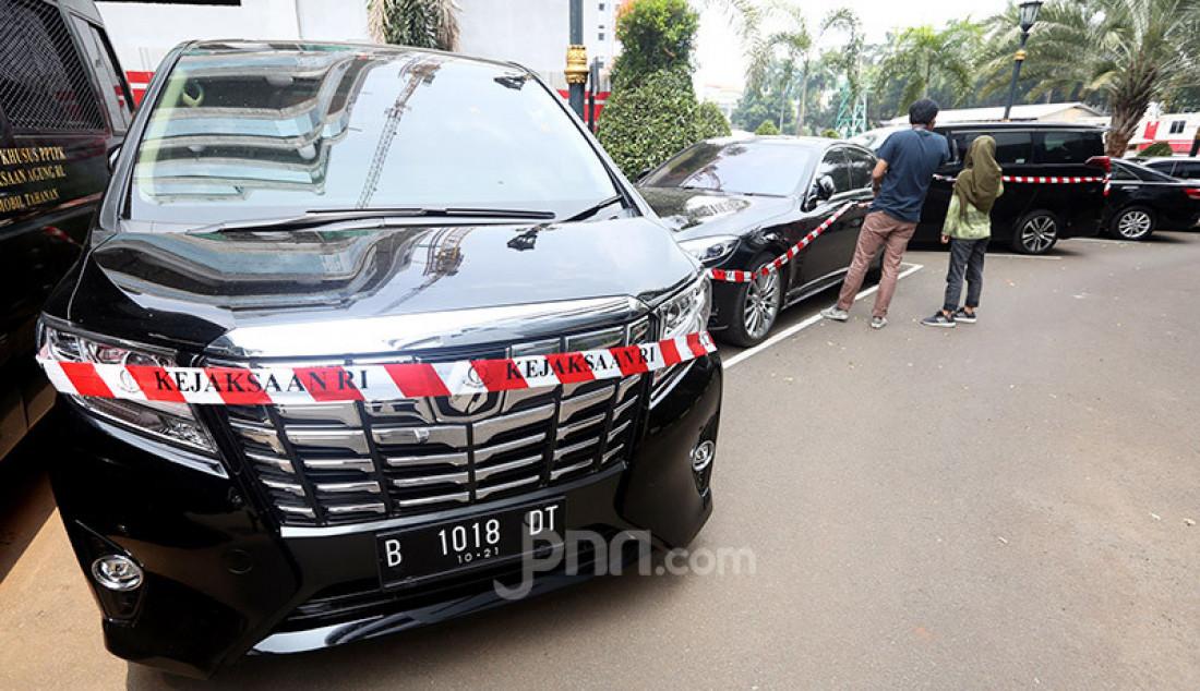 Kejaksaan Agung menyita mobil dan motor Harley milik tersangka kasus dugaan tindak pidana korupsi Jiwasraya di Gedung Jampidsus, Jakarta, Kamis (16/1). Foto: Ricardo - JPNN.com
