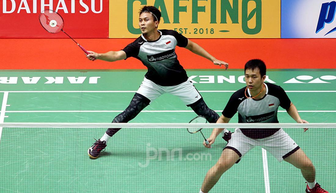 Ganda putra Indonesia Hendra Setiawan dan Mohammad Ahsan saat bertanding pada turnamen Indonesia Masters 2020, Jakarta, Kamis (16/1). Hendra dan Ahsan menang atas lawannya dengan skor 21-19 dan 22-20. Foto: Ricardo - JPNN.com