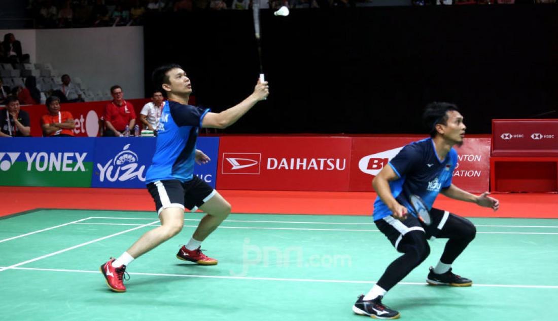 Ganda putra Indonesia Hendra Setiawan dan Mohammad Ahsan saat bertanding pada turnamen Indonesia Masters 2020, Jakarta, Jumat (17/1). Hendra dan Ahsan menang atas lawannya dengan skor 9-21, 21-15 dan 21-19. Foto: Ricardo - JPNN.com