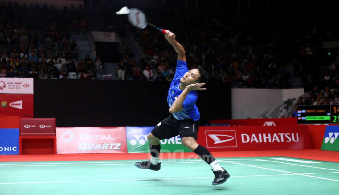 Tunggal putra Indonesia Jonatan Christie saat bertanding pada turnamen Indonesia Masters 2020, Jakarta, Jumat (17/1). Jonatan kalah atas lawannya dengan skor 14-21, 21-10 dan 12-21. Foto: Ricardo - JPNN.com