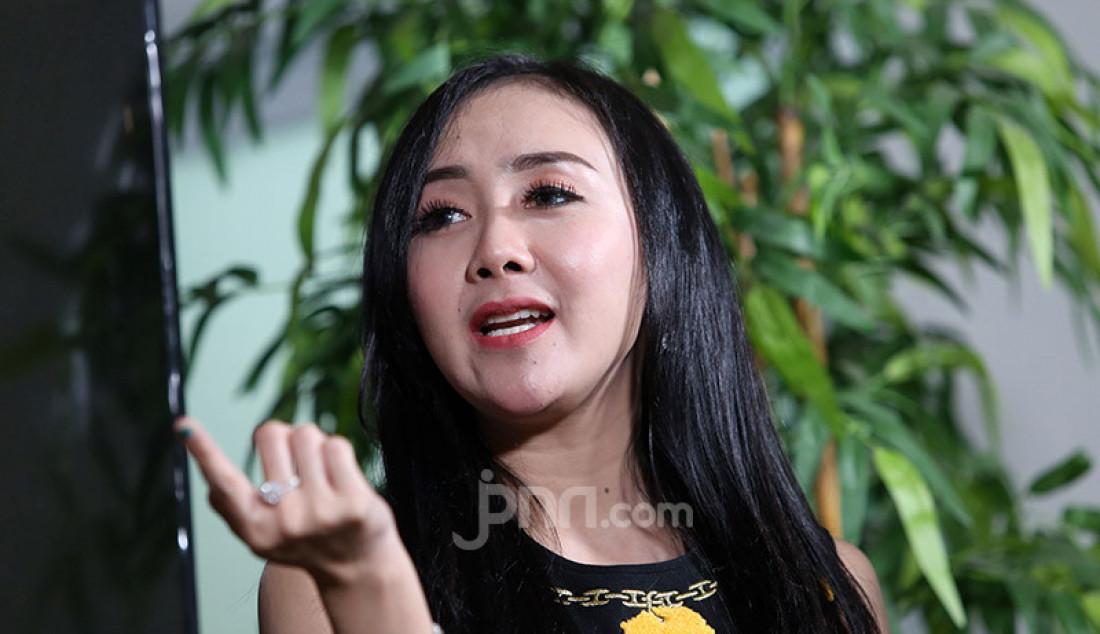 Penyanyi Ucie Sucita mengunjungi kantor Genpi.co, Jakarta, Rabu (22/1). Foto: Ricardo - JPNN.com