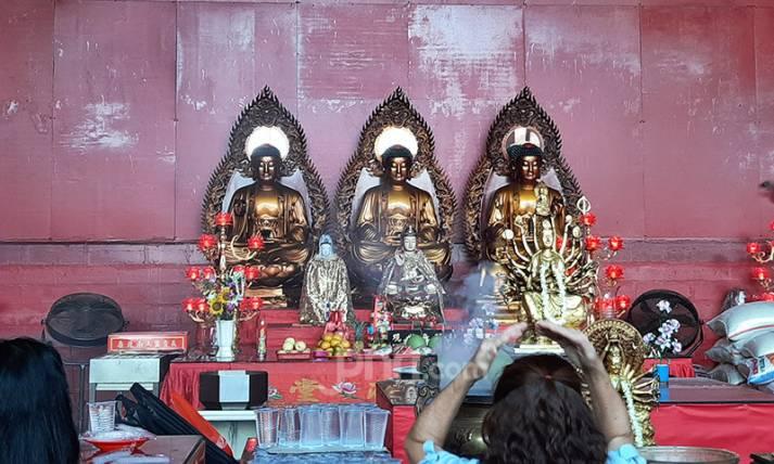 Sambut Imlek, Warga Tionghoa Berdoa ke Wihara - JPNN.com