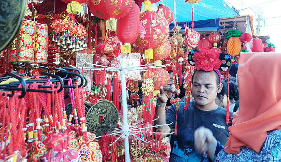 Suasana pasar pernak pernik Imlek di kawasan Pecinan, Petak Sembilan, Jakarta Pusat, Kamis (23/1), yang menjual hiasan jelang Imlek 2020 pada 25 Januari mendatang. Foto: Natalia - JPNN.com