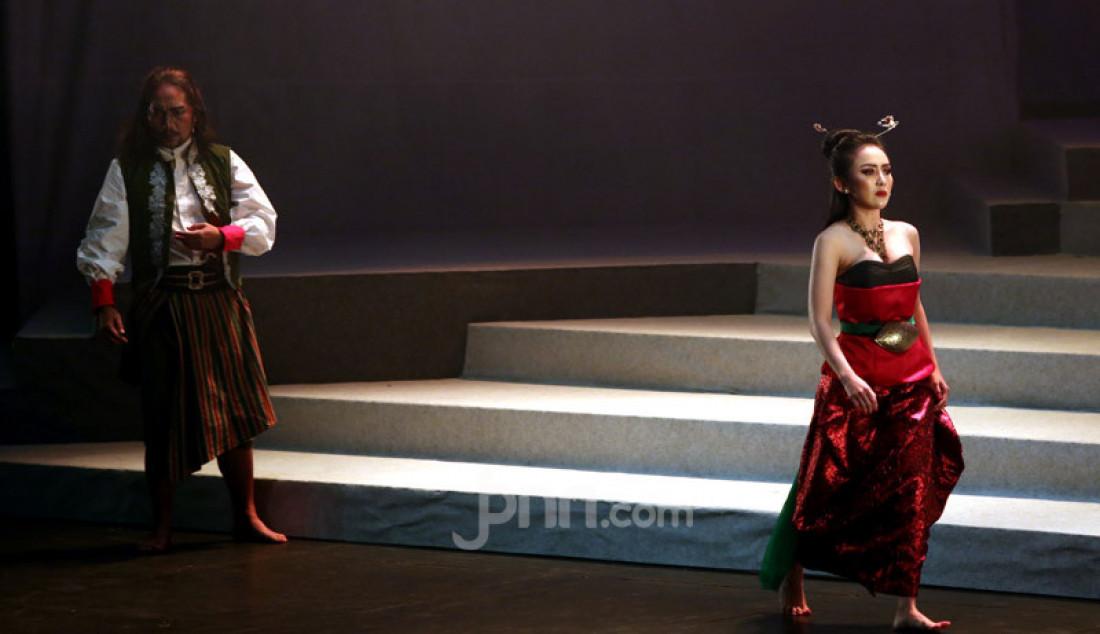 Sejumlah pemain teater saat mementaskan Panembahan Reso karya WS Rendra di Teater Ciputra Artpreneur, Jakarta, Jumat (24/1). Foto: Ricardo - JPNN.com