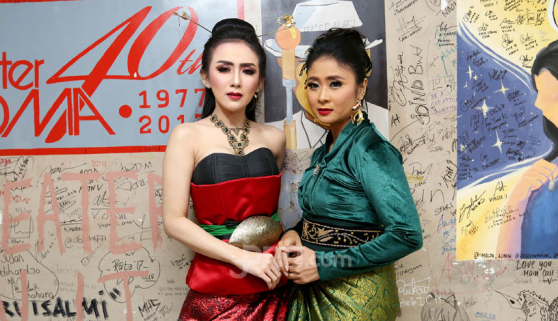 Penyanyi Ucie Sucita (kiri) usai pementasan Panembahan Reso karya WS Rendra di Teater Ciputra Artpreneur, Jakarta, Jumat (24/1). Foto: Ricardo - JPNN.com