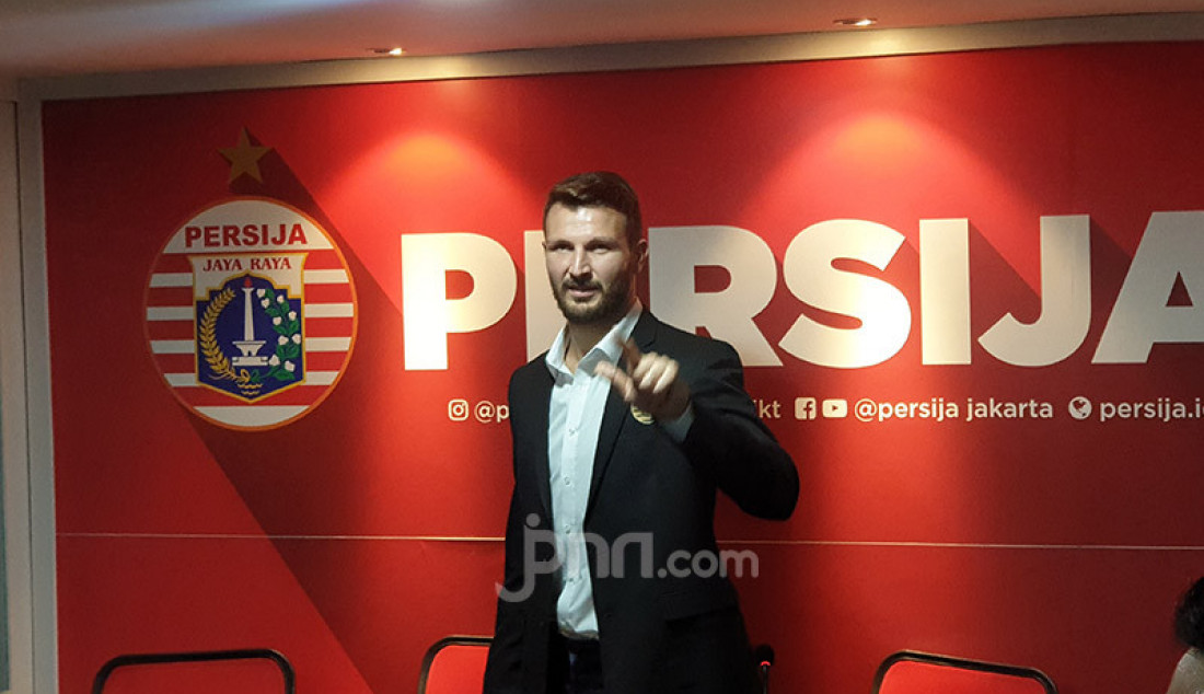 Persija Jakarta memperkenalkan Marco Motta, pemain asal Italia sebagai penggawa baru di kantor Persija, Jakarta, Selasa (3/2) sore. Dia akan berkostum Macan Kemayoran selama dua tahun ke depan. Foto: Amjad - JPNN.com