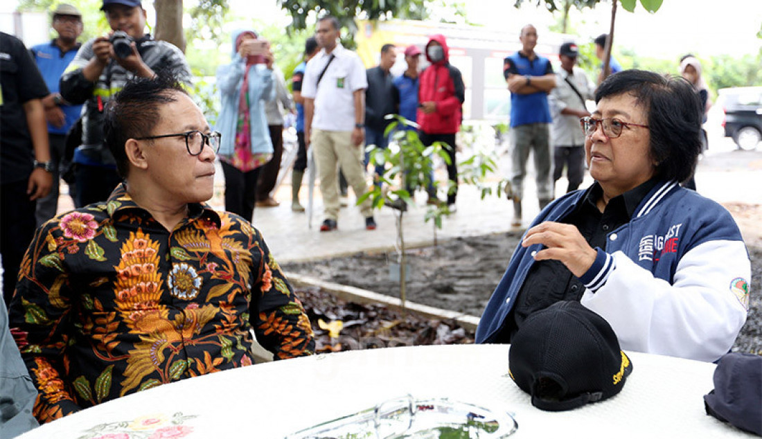 Menteri LHK Siti Nurbaya bersama Ketua Panitia HPN 2020 Auri Jaya meninjau lokasi penanaman pohon di Kawasan Hutan Kota Tropis Pemprov Kalimantan Selatan, Jumat (7/2). Foto: Ricardo - JPNN.com